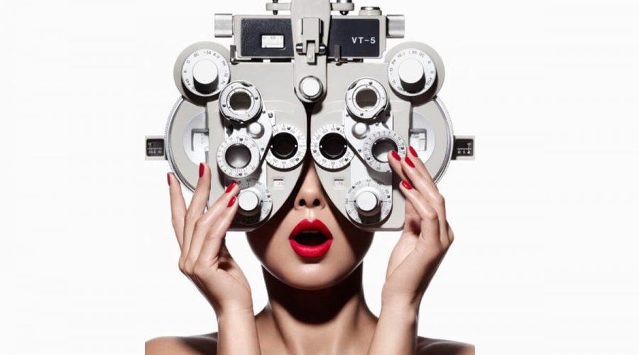 戴著驗光眼鏡測量近視度數